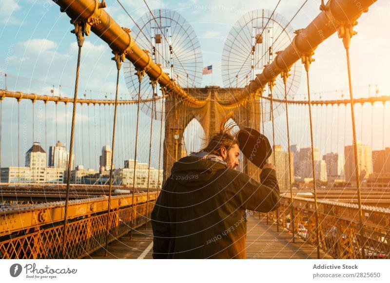 Mann, der auf der Brücke geht Hut bärtig selbstbewußt ernst brutal Vollbart Mensch Großstadt Schickimicki Erwachsene lässig Lifestyle Porträt gutaussehend Stil