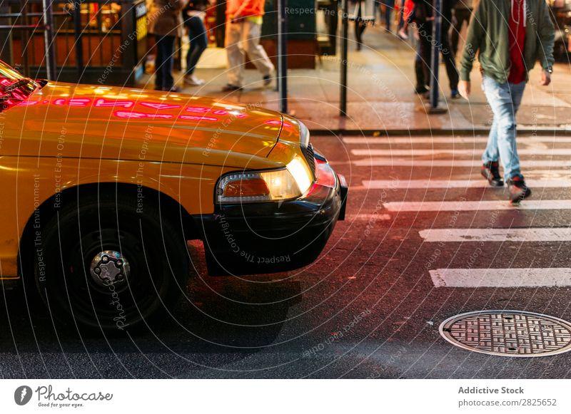 Taxi, das einem Fußgänger nachgibt. einbringen Zebrastreifen gelb Großstadt Stadt Menschenleer Straße Verkehr Leben kreuzen Bewegung PKW Stadtzentrum Tag rennen