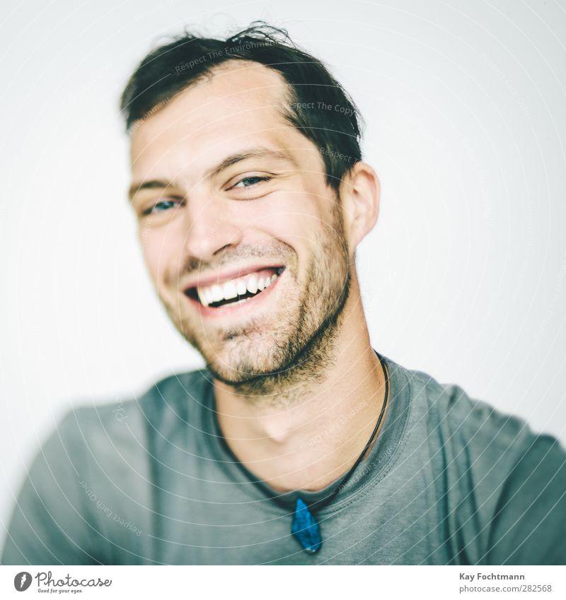 ° Freude Glück Wohlgefühl Zufriedenheit Mensch maskulin Junger Mann Jugendliche Leben Kopf 1 18-30 Jahre Erwachsene T-Shirt Accessoire Schmuck Halskette