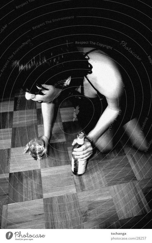 drunken_1 Frau Glas Bodenbelag trinken Flasche Rauschmittel Alkoholisiert Parkett Hilfsbedürftig schwarzhaarig Knie hilflos Getränk Alkoholsucht knien