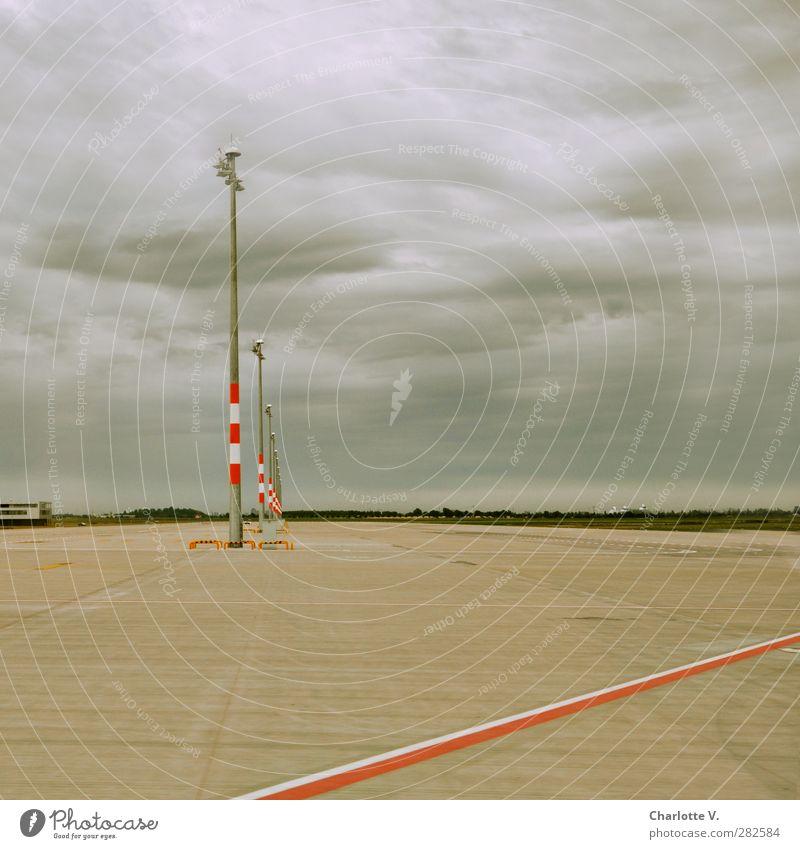 # 50: Vollpfosten mit Strich Wolken Horizont schlechtes Wetter Stadtrand Menschenleer Beton Stahl Linie Streifen Schilder & Markierungen einfach trist grau rot