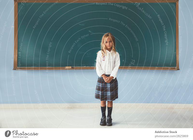 Süßes Mädchen an der Tafel Klassenraum stehen niedlich Bildung Schule Schulklasse Schüler Jugendliche lernen Kind Schulunterricht Pupille Wissen Mensch klein