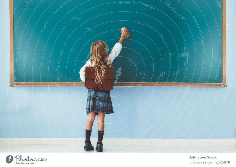 Schülerschrift auf der Tafel Mädchen Klassenraum stehen heiter Glück Buch Kreide niedlich Bildung Schule Schulklasse Jugendliche lernen Kind Schulunterricht