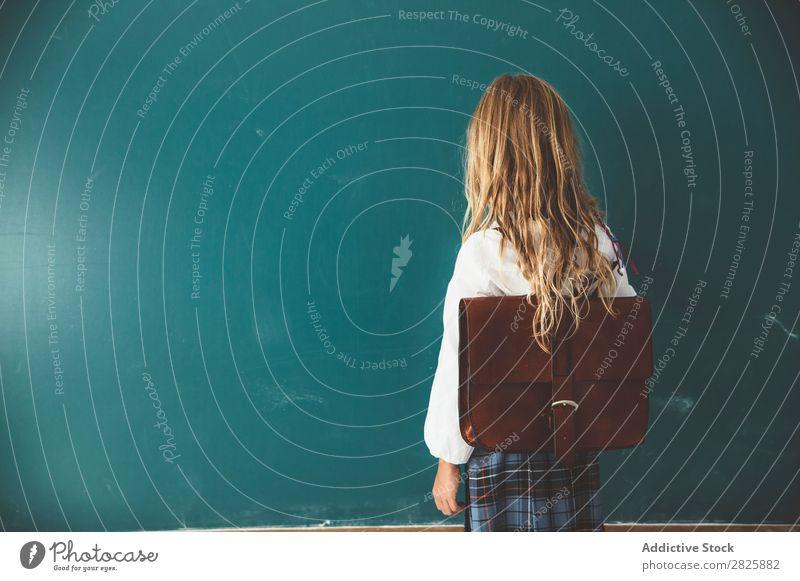 Schüler posiert im Klassenzimmer Mädchen Klassenraum Tafel stehen heiter Glück Buch Kreide niedlich Bildung Schule Schulklasse Jugendliche lernen Kind