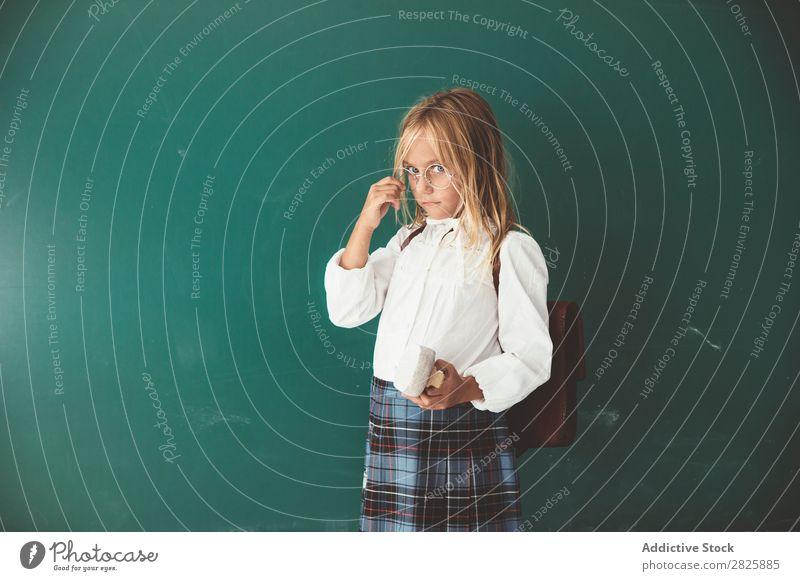 Schüler posiert im Klassenzimmer Mädchen Klassenraum Tafel stehen heiter Buch Kreide niedlich Bildung Schule Schulklasse Jugendliche lernen Kind Schulunterricht