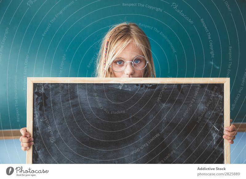 Mädchen mit Tafel im Klassenzimmer Klassenraum stehen Halt niedlich Bildung Schule Schulklasse Schüler Jugendliche lernen Kind Schulunterricht Pupille Wissen