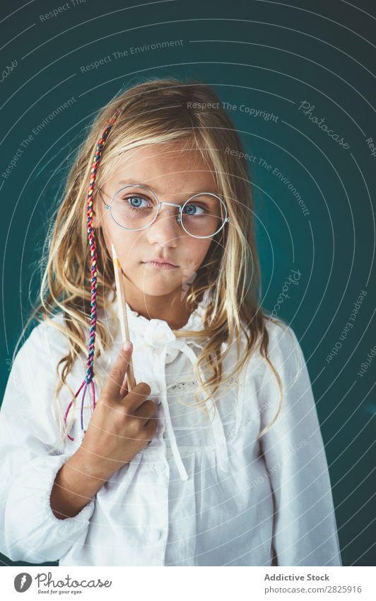 Niedliches Schulmädchen mit Bleistift Mädchen Klassenraum Tafel Brillenträger heiter stehen niedlich Bildung Schule Schulklasse Schüler Jugendliche lernen Kind