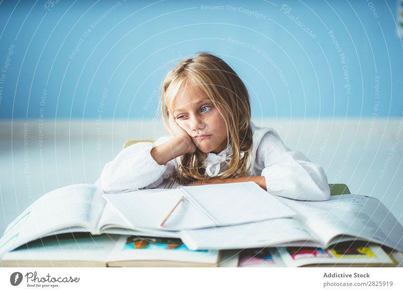 Gelanges Mädchen im Klassenzimmer Klassenraum Tafel sitzen Schreibtisch gelangweilt matt träumen niedlich Bildung Schule Schulklasse Schüler Jugendliche lernen