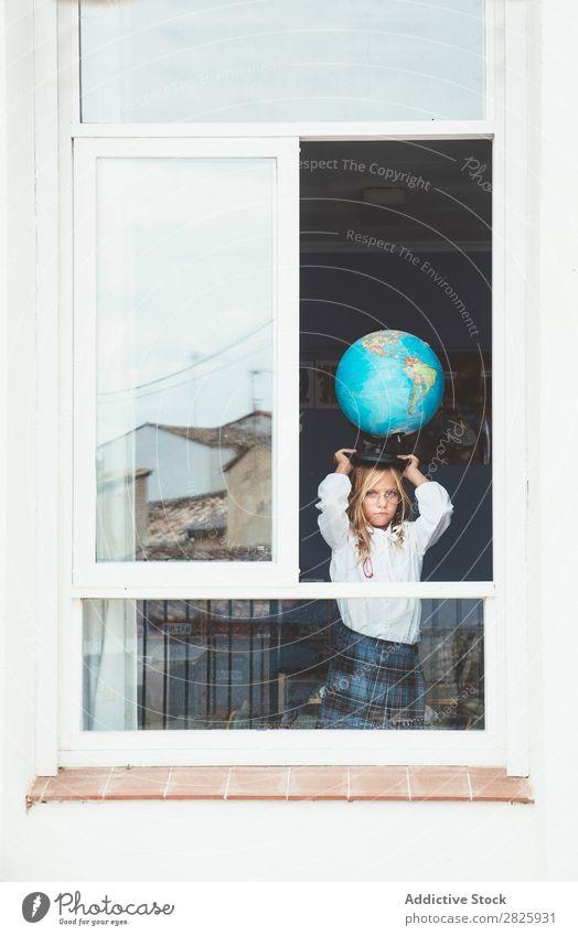 Schulmädchen posiert mit Globus Mädchen Klassenraum Fenster Landkarte Körperhaltung stehen niedlich Bildung Schule Schulklasse Schüler Jugendliche lernen Kind