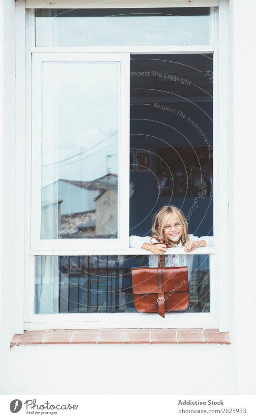 Schulmädchen posiert mit Rucksack im Fenster Mädchen Klassenraum Körperhaltung stehen niedlich Bildung Schule Schulklasse Schüler Jugendliche lernen Kind