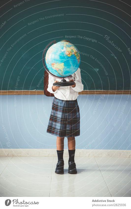 Schulmädchenbedeckung Gesicht mit Kugel Mädchen Klassenraum Globus Geografie niedlich Bildung Schule Schulklasse Schüler Jugendliche lernen Kind Schulunterricht