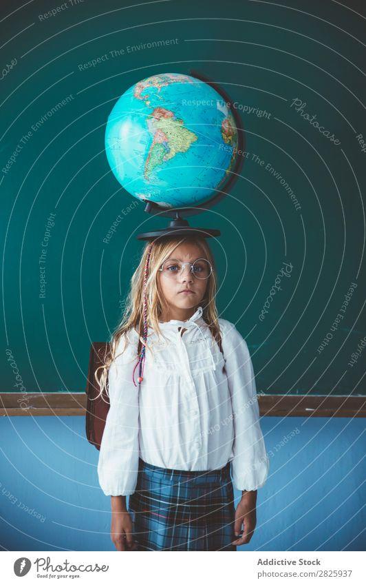 Schülermädchen posiert mit Globus Mädchen Klassenraum Geografie niedlich Bildung Schule Schulklasse