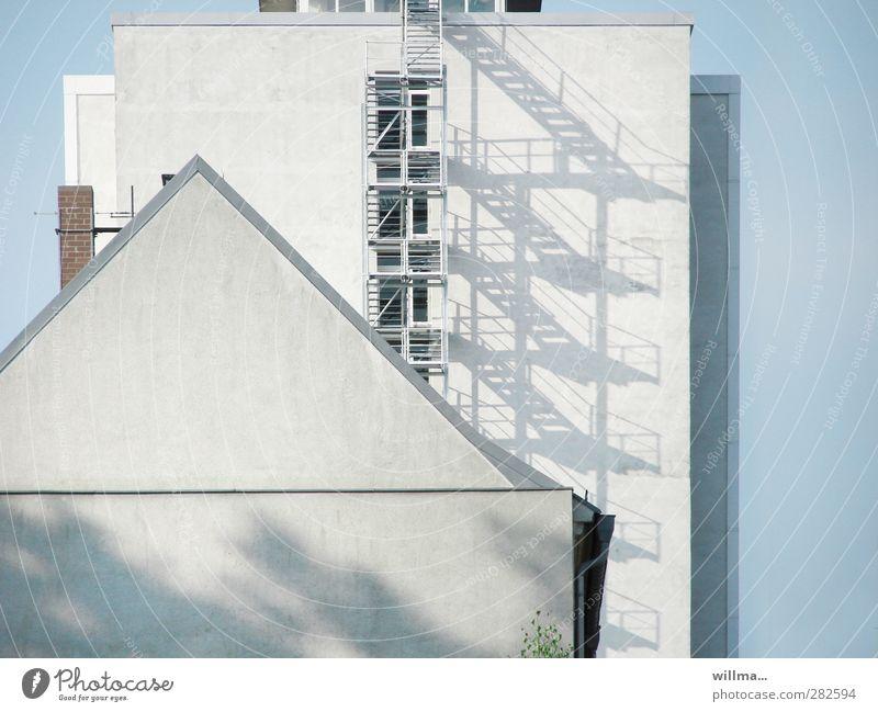 FASSADENKONKURRENZ Haus Fenster Wand Architektur grau Gebäude Fassade Treppe hoch Hochhaus Häusliches Leben einzigartig Verschiedenheit Schornstein Gegenteil Konkurrenz