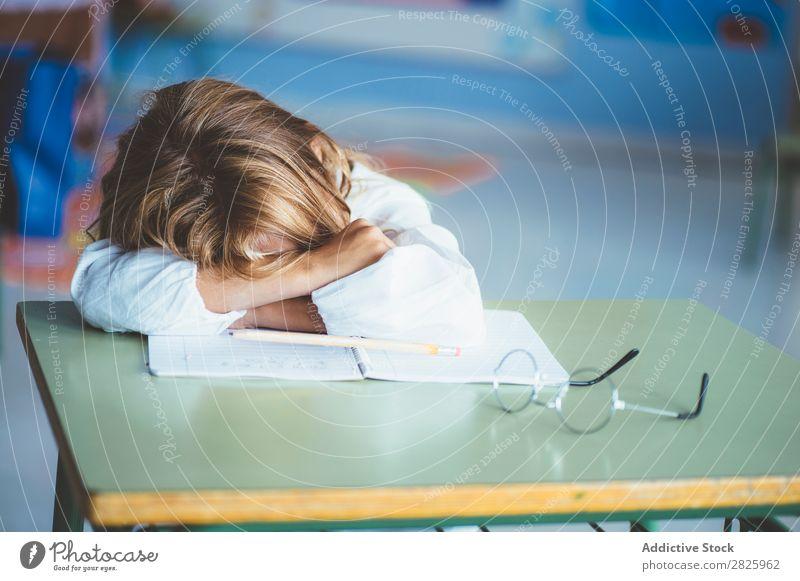 Schülermädchen schläft im Klassenzimmer Mädchen Klassenraum schlafen Schreibtisch Müdigkeit ruhen Pause Erholung