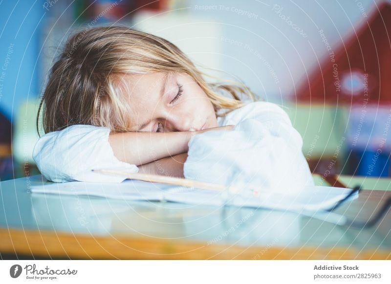 Schülermädchen schläft im Klassenzimmer Mädchen Klassenraum schlafen Schreibtisch Müdigkeit ruhen Pause Erholung Tisch niedlich Bildung Schule Schulklasse