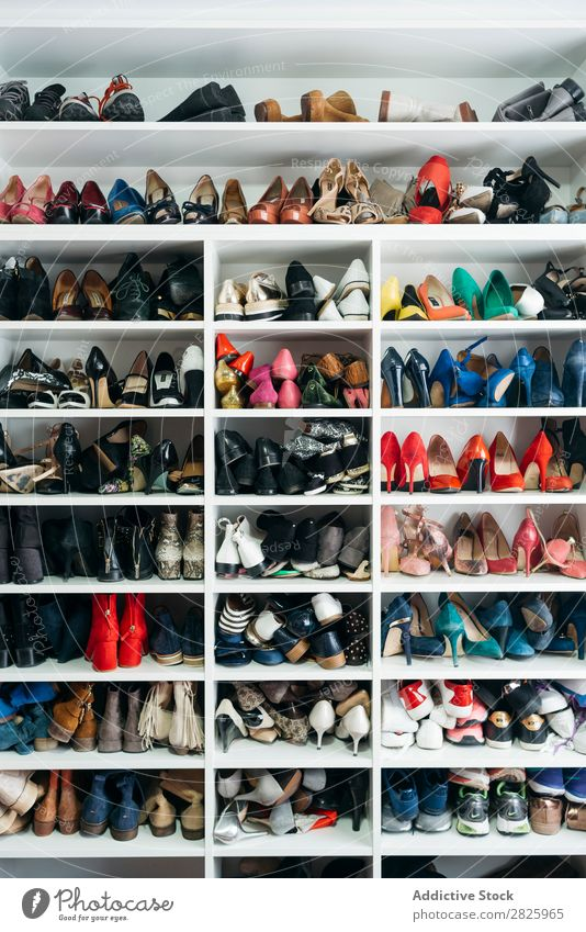 Regale mit verschiedenen Schuhen Ablage Schrank Mode Lager Stil Kleiderschrank Bekleidung heimwärts Menschenleer Raum Sammlung elegant modern Wahl Kasten Outfit