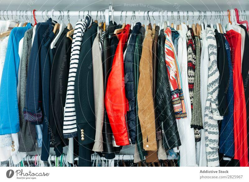 Gestell voller verschiedener Kleidungsstücke Kleiderbügel Schrank Ablage Bekleidung Mode anhaben kaufen Einzelhandel Lager Sammlung Kleiderschrank Textil Sale