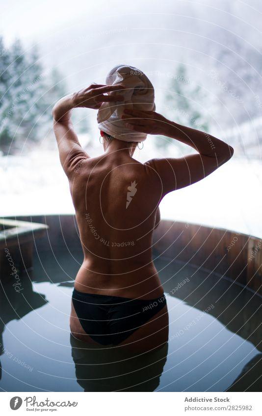 Nackte Frau, die in der Tauchwanne steht. Schwimmsport Natur Winter Wasser Gesundheit schön Ferien & Urlaub & Reisen Rumänien Im Wasser treiben oben ohne stehen