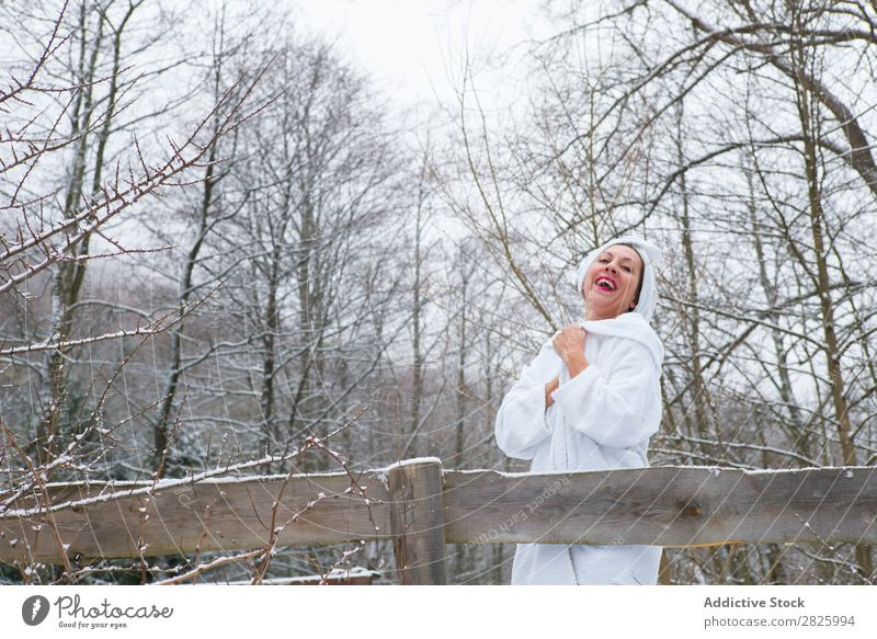 Fröhliche Frau im Handtuch am Fluss Natur Winter Wald Gesundheit Bademantel heiter Ausziehen Glück schön Ferien & Urlaub & Reisen Rumänien Schnee Eis natürlich