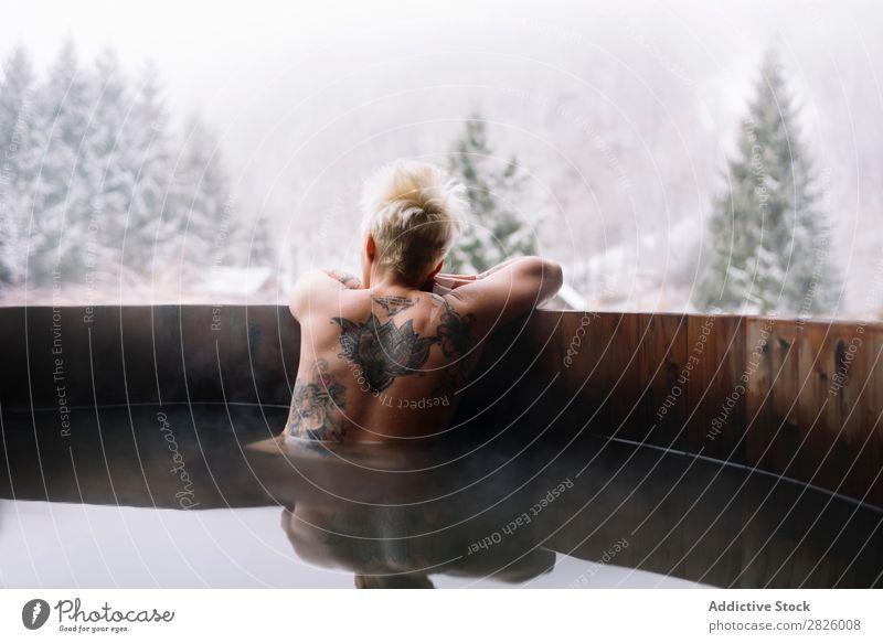Tätowierte blonde Frau, die in der Tauchwanne schwimmt. Schwimmsport Natur Winter tätowiert oben ohne Wasser Gesundheit schön Ferien & Urlaub & Reisen Rumänien