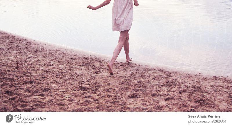 auf auf... Mensch Natur Jugendliche Wasser Sommer Erwachsene Umwelt kalt Junge Frau feminin Leben Sand Beine 18-30 Jahre natürlich Zufriedenheit