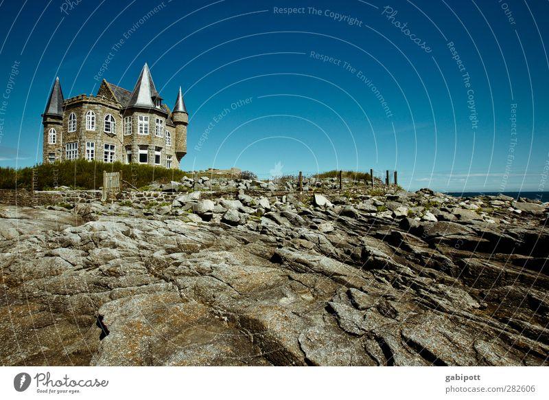 Ich bau dir ein schloss... blau Meer Haus Wand Architektur Küste Mauer braun außergewöhnlich Erde Fassade Urelemente Macht Romantik Schutz Kitsch