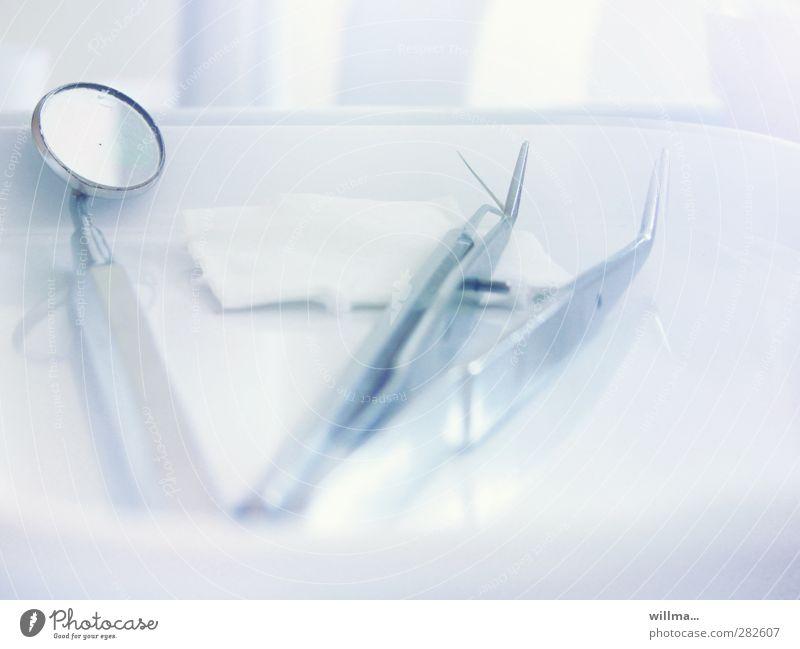 medizinische instrumente beim zahnarzt hell Angst Gesundheitswesen Sauberkeit Spiegel Zahnarzt hell-blau Ablage Tapferkeit Behandlung dental Pinzette Zellstoff