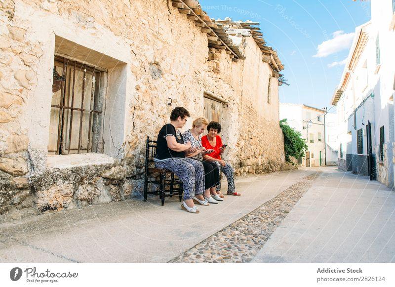 Drei Frauen im Alter fortgeschritten mit Smartphone alt Mensch Telefon neu Vernetzung Lifestyle reif Mobile modern in den Ruhestand getreten berühren