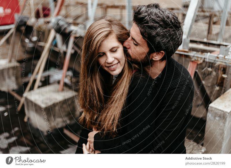 Mann küsst Freundin Ohr von hinten Paar Küssen Umarmen Liebe Zusammensein Dach Glück Partnerschaft schön Fröhlichkeit Erwachsene Jugendliche Mädchen Romantik