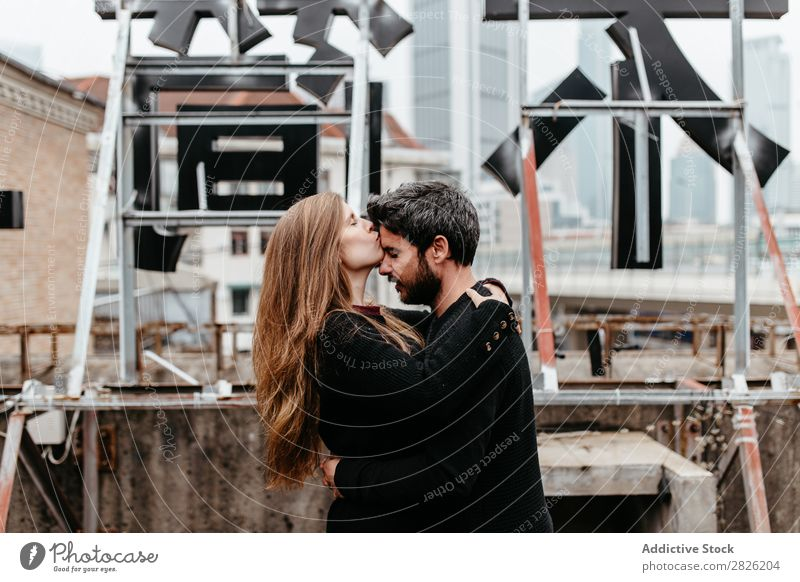 Männliche und weibliche Umarmung auf dem Dach Paar Umarmen Dachterrasse Großstadt Liebe Aussicht Küssen Glück romantisch Zusammensein schön Jugendliche Mann