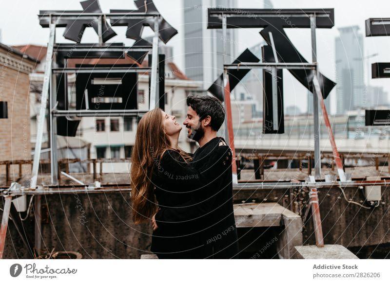 Glückliches Paar auf dem Dach Umarmen Dachterrasse Großstadt Liebe Aussicht Küssen romantisch Zusammensein schön Jugendliche Mann Frau Romantik Partnerschaft