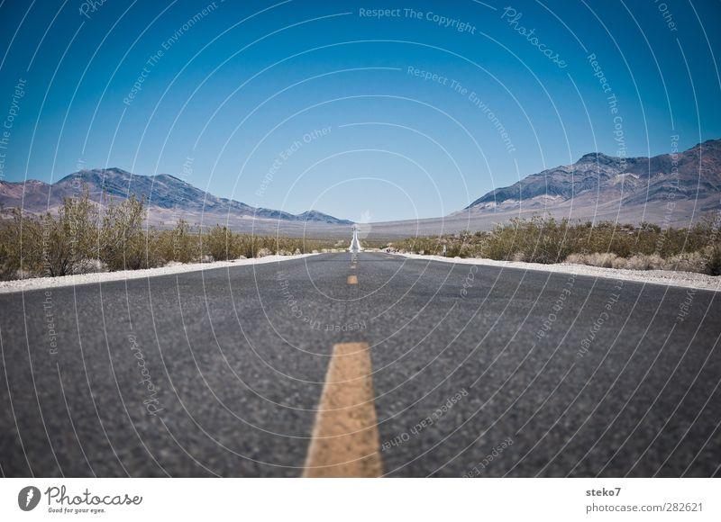 going nowhere blau Einsamkeit gelb Ferne Berge u. Gebirge Straße Horizont Sträucher Wüste USA Unendlichkeit Asphalt Autobahn Symmetrie gerade geradeaus