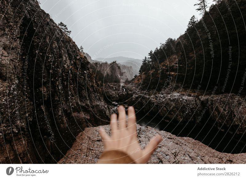 Männliche Hand streckt sich nach vorne aus Mann Natur Berge u. Gebirge Fluss Landschaft Wasser Himmel schön Felsen Stein Umwelt ruhig Wildnis strömen See
