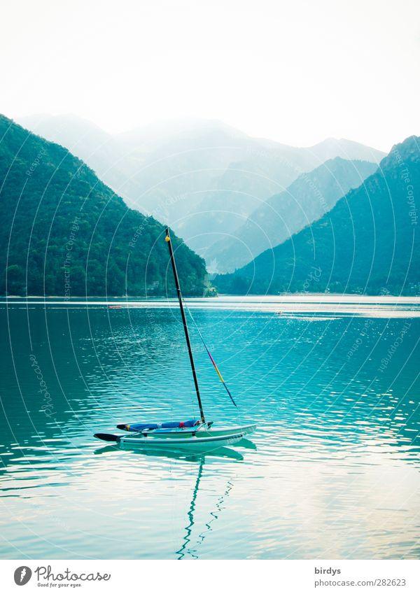 Blauer See mit Katamaran und Bergen im Hintergrund. Lago di Ledro, Dolomiten Ferien & Urlaub & Reisen Sommer Segeln Wassersport Natur Nebel Wald