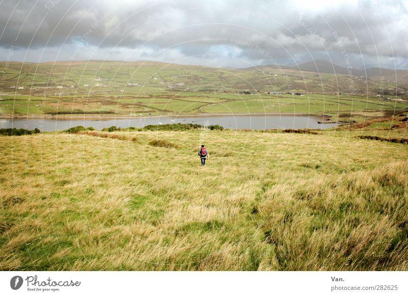 Soweit die Füße tragen... Ferien & Urlaub & Reisen wandern Junger Mann Jugendliche 1 Mensch 18-30 Jahre Erwachsene Natur Landschaft Wasser Himmel Wolken Herbst