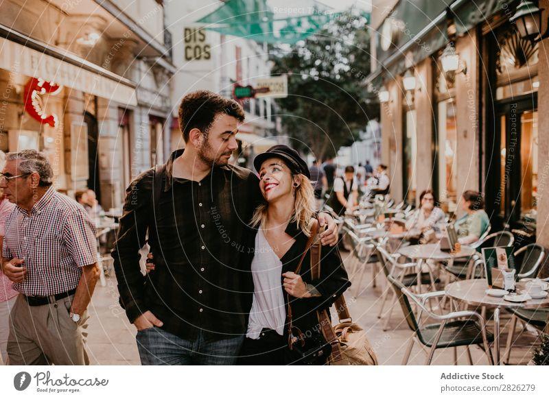 Ein glückliches Paar, das auf der Straße geht. laufen Glück Café Großstadt Jugendliche Liebe Mensch Lifestyle Frau Mann Romantik Zusammensein Lächeln