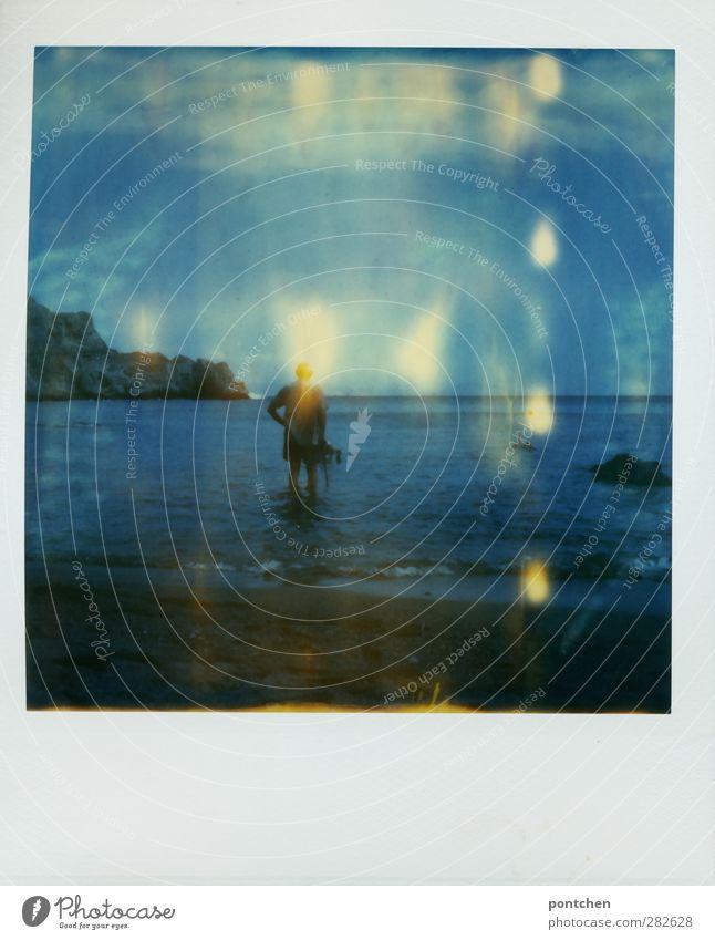Mann im Meer Mensch Natur blau Strand Erwachsene Felsen stehen Schönes Wetter