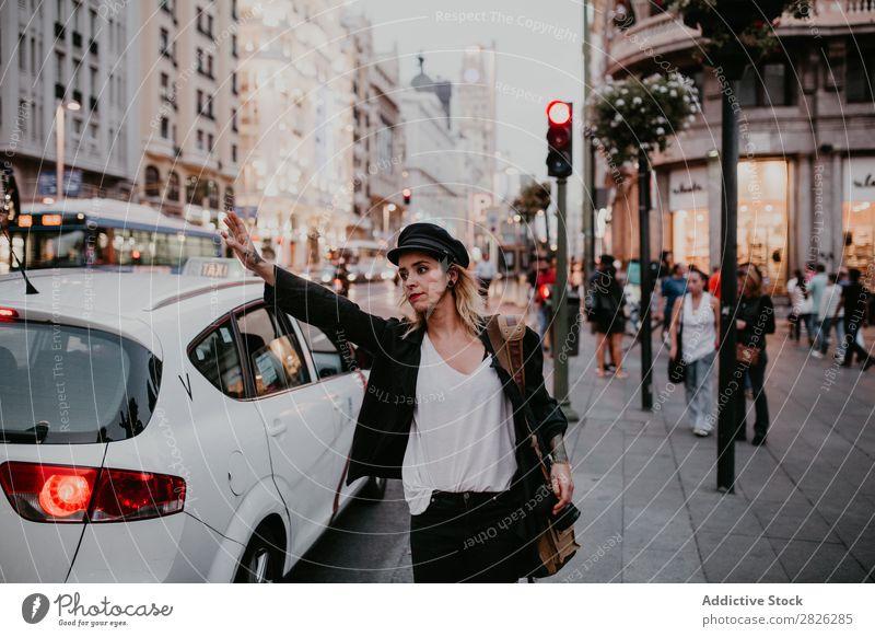Frau nimmt ein Taxi in der Stadt nehmen Straße Großstadt Jugendliche Lifestyle Ferien & Urlaub & Reisen