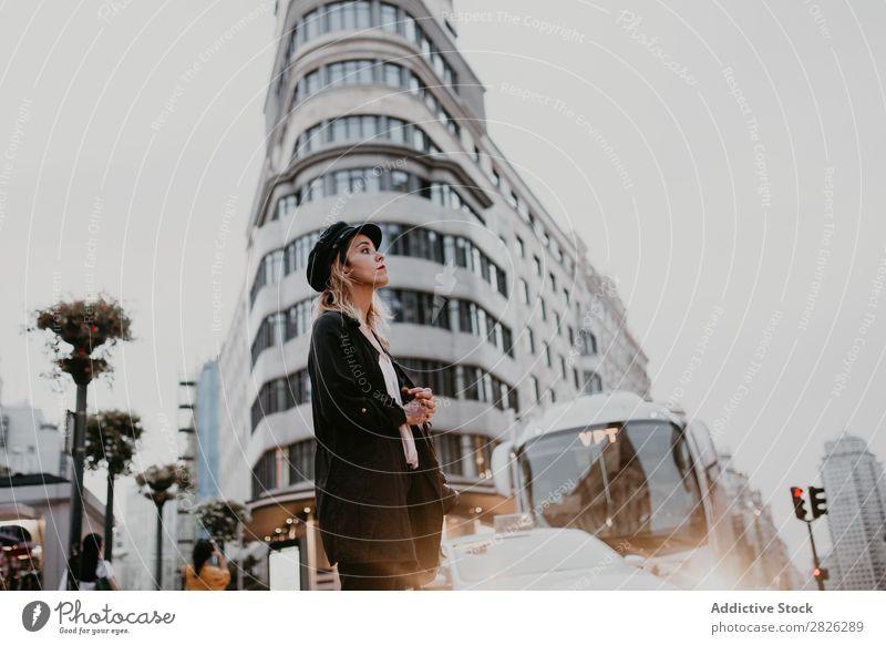 Frau, die in der Innenstadt spazieren geht. laufen Stadtzentrum Großstadt Ferien & Urlaub & Reisen Tourismus Straße Lifestyle Mensch Fußgänger Bürgersteig Tag