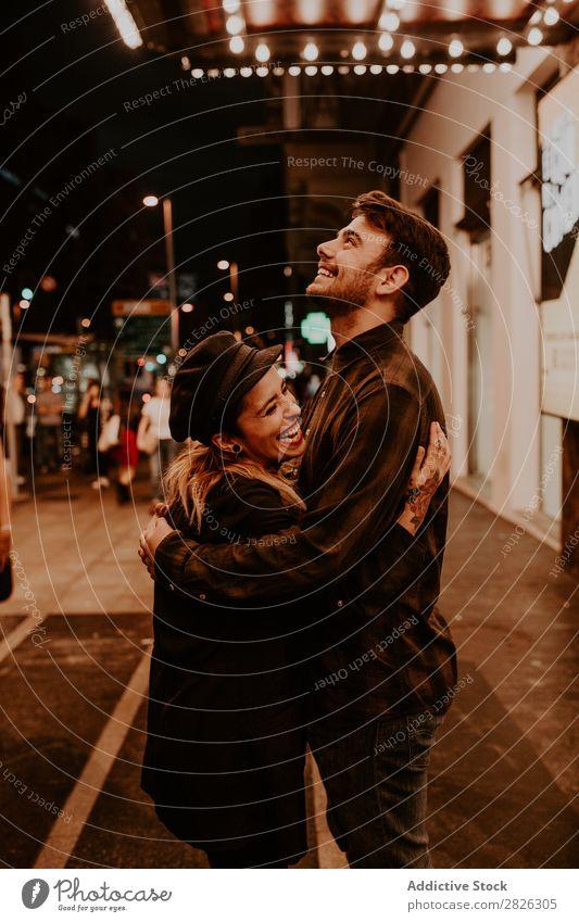 Ein Paar, das sich auf der Abendstraße umarmt. umarmend Straße überfüllt Liebe romantisch Romantik schön Lifestyle Mann Frau Zusammensein Großstadt Liebespaar