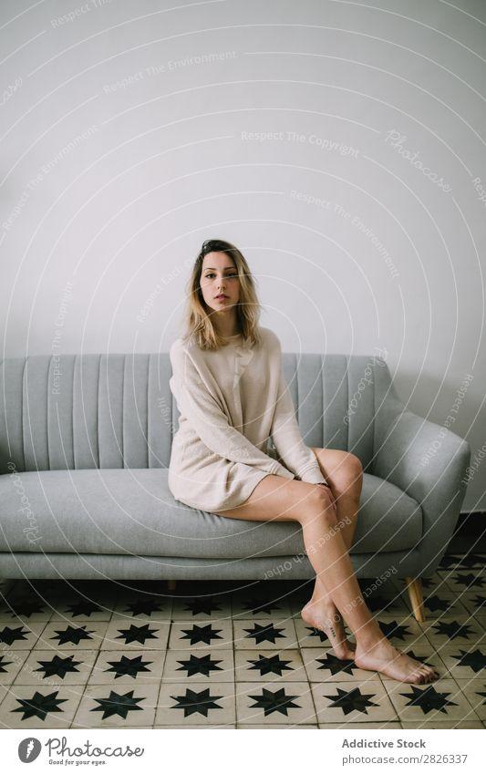 Frau auf der Couch sitzend Sofa Porträt bequem Liege Jugendliche heimwärts besinnlich Fürsorge attraktiv schön Raum aussruhen lässig Lifestyle Mensch