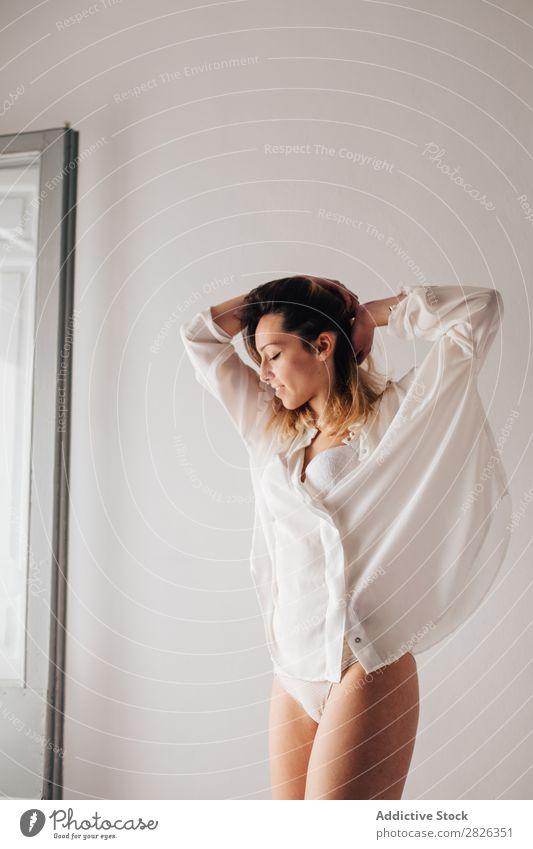 Junge Frau beim Stretching zu Hause strecken jung schläfrig Morgen Dessous weiß schön Lifestyle Mädchen Person hübsch sich[Akk] entspannen ruhen wach Tag
