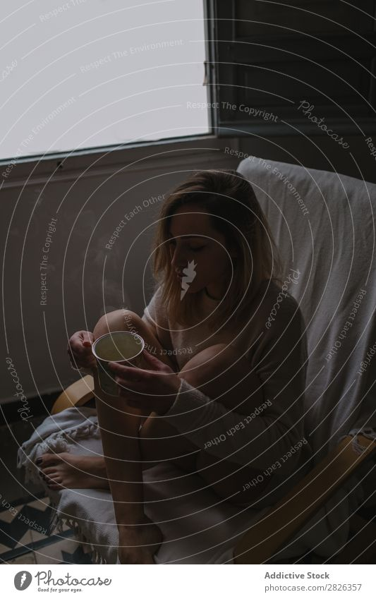 Frau mit einem heißen Getränk trinken Tasse Morgen Knie Umarmen jung heimwärts besinnlich nachdenklich attraktiv schön aussruhen Lifestyle Person Sitzen