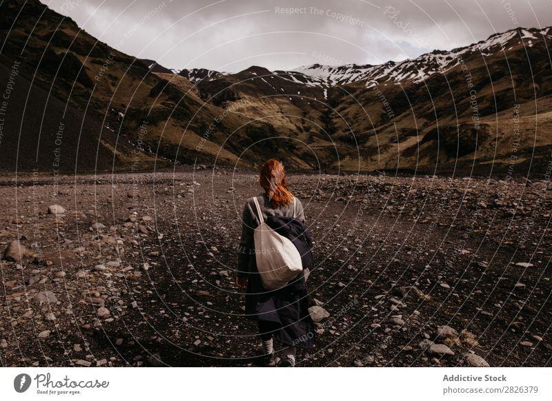 Frau, die auf dem Hintergrund der Berge posiert. Berge u. Gebirge Island Natur Ferien & Urlaub & Reisen Landschaft Tourismus Wege & Pfade vulkanisch Abenteuer