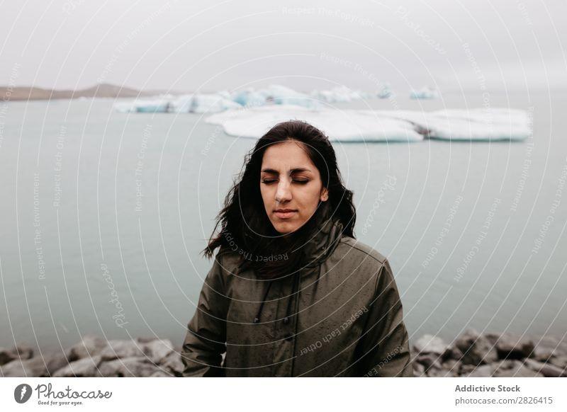 Frau auf dem Hintergrund von Eis im Ozean Meer Gletscher Natur Landschaft Ferien & Urlaub & Reisen Tourismus Island Umwelt Eisberg Winter weiß polar Wasser
