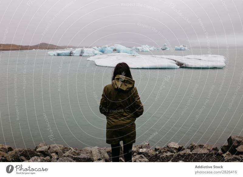 Anonyme Frau, die den Gletscher ansieht. Meer Natur Eis Landschaft Ferien & Urlaub & Reisen Tourismus Island Umwelt Eisberg Winter weiß schwer polar Wasser