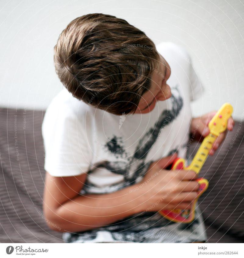 Guitarrensolo Lifestyle Glück Freizeit & Hobby Spielen Kinderspiel Party Musik Junge Kindheit Leben Körper 1 Mensch 8-13 Jahre Musiker Gitarre Spielzeug