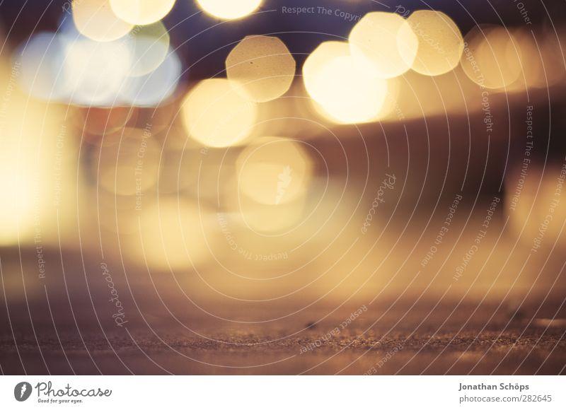 urbanes Bokeh I Stadt gelb Wärme Beleuchtung Hintergrundbild Stimmung braun gold Kreis positiv Nachtleben Nachtaufnahme Nacht Lichtermeer Gegenlicht abstrakt