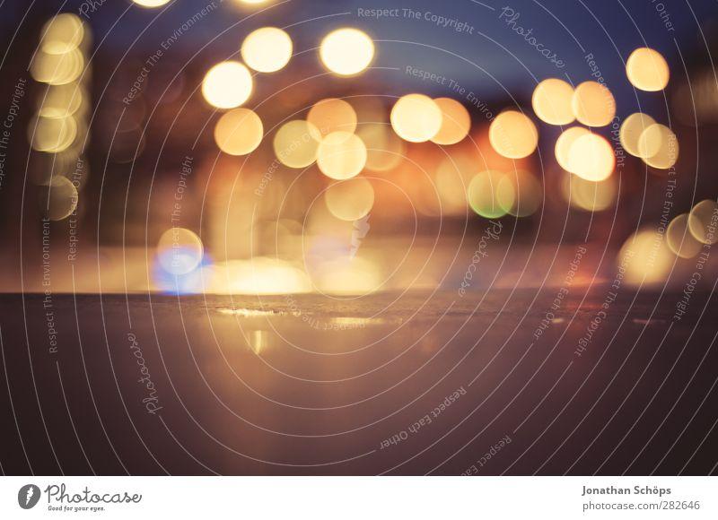 urbanes Bokeh II Stadt Wärme Beleuchtung Hintergrundbild Stimmung Warmherzigkeit Nachtleben Nachtaufnahme Gegenlicht mehrfarbig Lichtermeer abstrakt Unschärfe