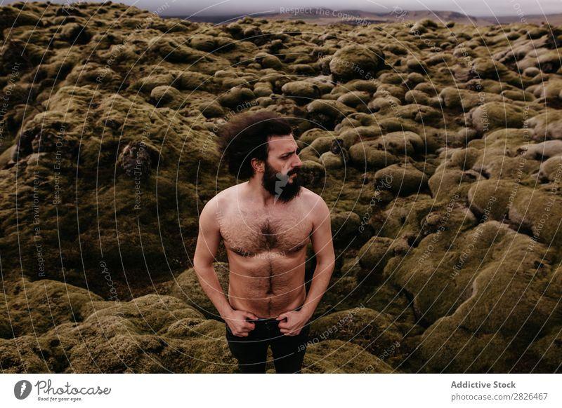 Hemdloser muskulöser bärtiger Mann in isländischer Natur oben ohne Jugendliche Sommer Lifestyle Mensch Berge u. Gebirge gutaussehend ohne Hemd Körper Aussicht